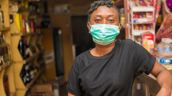 Une jeune femme africaine porte un masque pour se protéger du coronavirus (photo d'illustration)