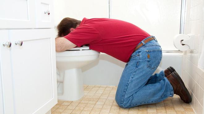 Un homme qui vomit dans ses toilettes (photo d'illustration)