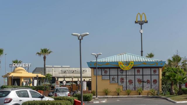 À l'ère du coronavirus, les Marocains défient les mesures barrières pour un fast-food