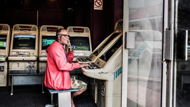 Un Mauricien fume une cigarette, faisant fi de l'interdiction d'en consommer (photo d'illustration)