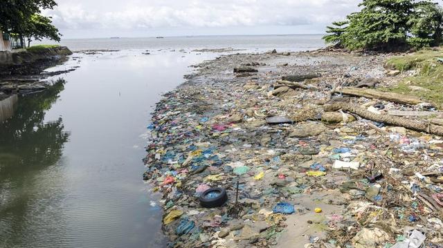 Les maladies respiratoires tuent les enfants gabonais qui travaillent à la décharge