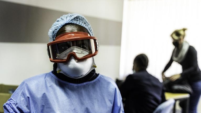 Un travailleur sanitaire doté d'un équipement de protection individuel lors d'une campagne de test massive du Covid-19 à Johannesburg, en Afrique du Sud, le 6 mai 2020