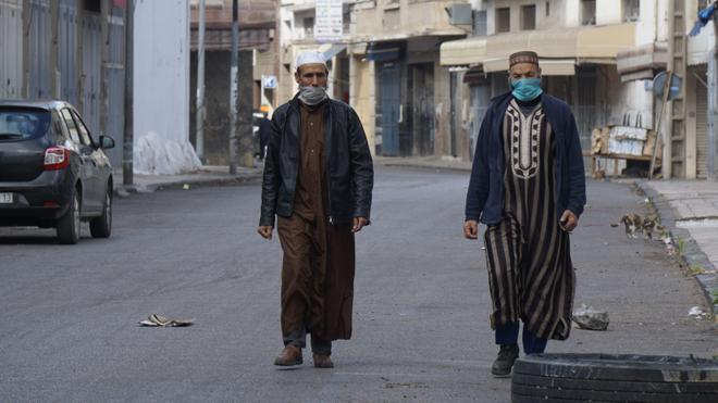 Au quartier Derb Omar, deux Casablancais qui portent des masques de protection (photo d'illustration)