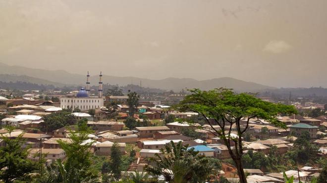 Vue panoramique sur le centre de Bamenda (photo d'illustration)