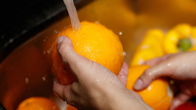 Il est important de laver tous les fruits et légumes (photo d'illustration)