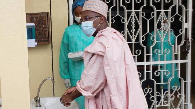 Le ministre Malachie Manaouda, se lave les mains pour limiter le risque de contamination au Covid-19