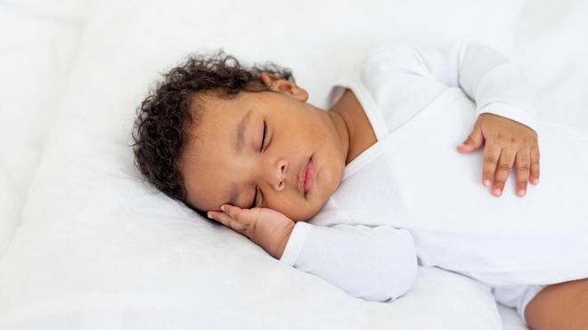 Il est important de coucher son enfant sur le dos (photo d'illustration )