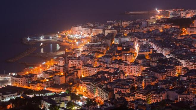 Chaque soir, les rues d'Alger semblent dépeuplées (Illustration)