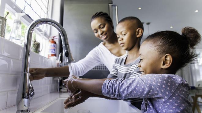 Parmi les gestes à adopter face au coronavirus, le lavage régulier des mains avec de l'eau et du savon (Illustration)