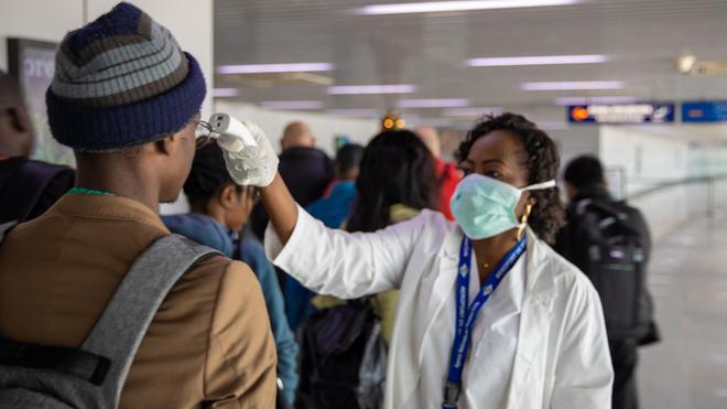 Contrôle des passagers à l'aéroport Maya Maya de Brazzaville, en République du Congo
