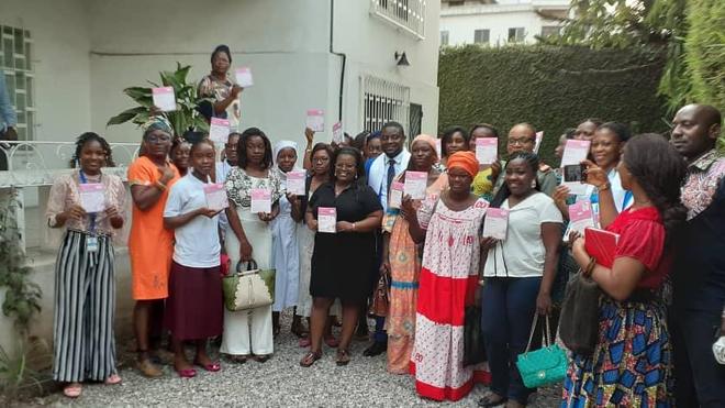 ARITMA et les femmes de médias de Douala présentant leur kit de dépistage
