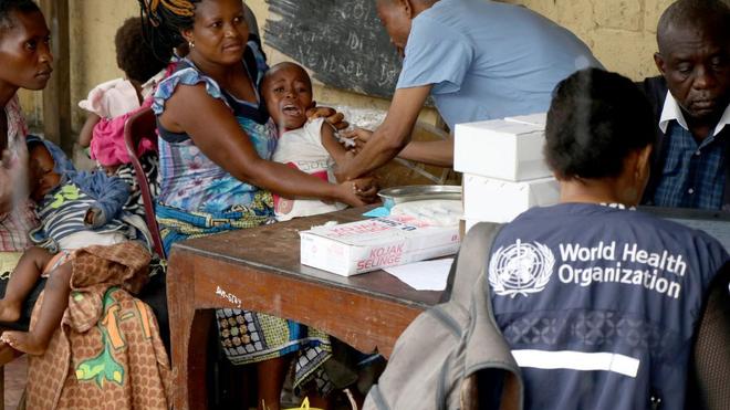 Vaccination contre la rougeole par les agents de l'OMS au Congo Kinshasa