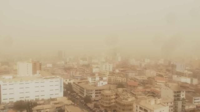 Sénégal : les Dakarois se réveillent sous un nuage de poussière