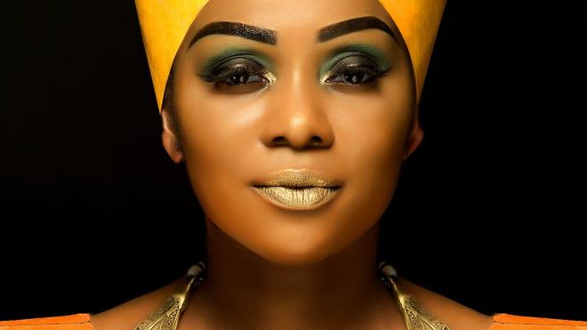 La chanteuse Mani Bella se bat contre la dépigmentation de la peau