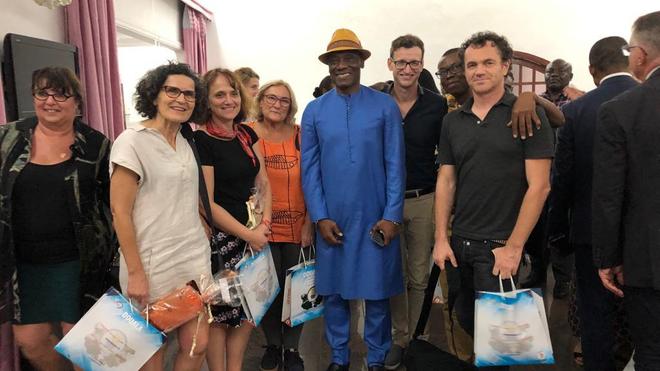 L'équipe Téo avec son parrain Joseph Antoine Bell lors d'une mission humanitaire à Douala