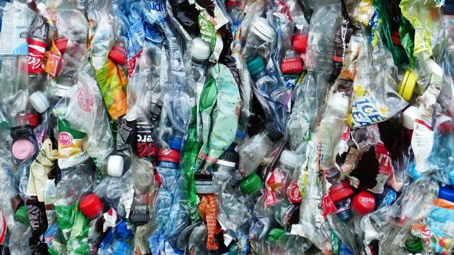 La maladie de pica peut donner envie de manger des emballages en plastique (Illustration)