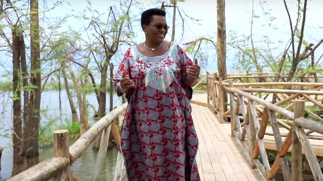 La Première Dame du Burundi pousse la chansonnette pour lutter contre l'infertilité et ses clichés