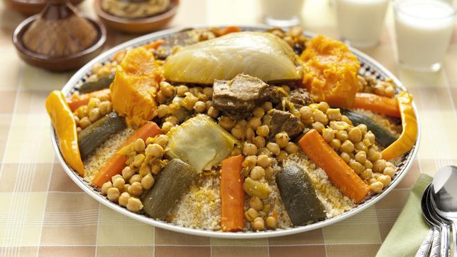 Le couscous est l'un des plats emblématiques de la cuisine maghrébine