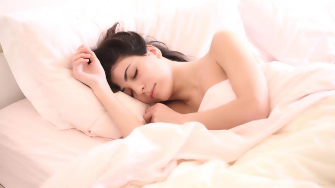 Le manque de sommeil agit sur la quantité de nourriturequ'on va manger mais aussi sur sa qualité (Illustration)