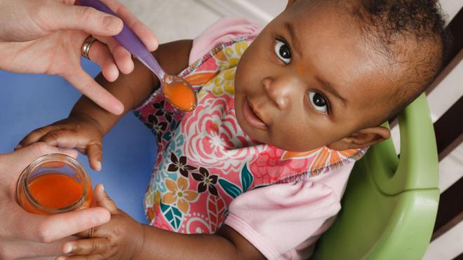 Les fruits et légumes peuvent être introduits dès le quatrième mois de votre bébé