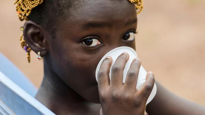 Le choléra peut se transmettre en buvant mais aussi en ingérant des aliments lavés avec de l'eau contaminée
