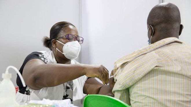 Un homme se fait vacciner contre la COVID-19 au centre de vaccination du Parc des Sports de Treichville, Abidjan Côte d'Ivoire.