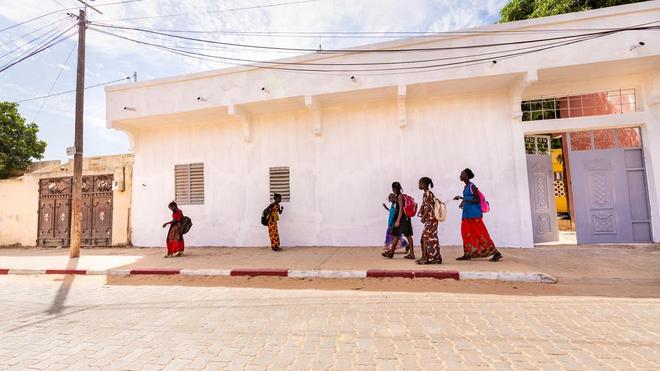 Des étudiantes sénégalaises se dirigent vers leur école à Mbour