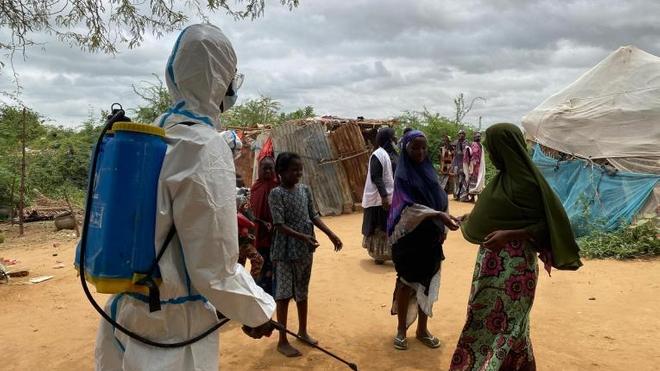 Un agent MSF désinfecte la maison d'un patient admis dans un centre de traitement du choléra géré par MSF.