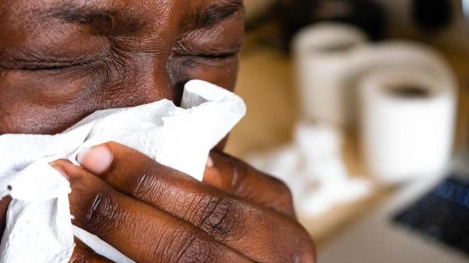 Maladie silencieuse, la tuberculose peut se manifester par de la toux et une légère fièvre