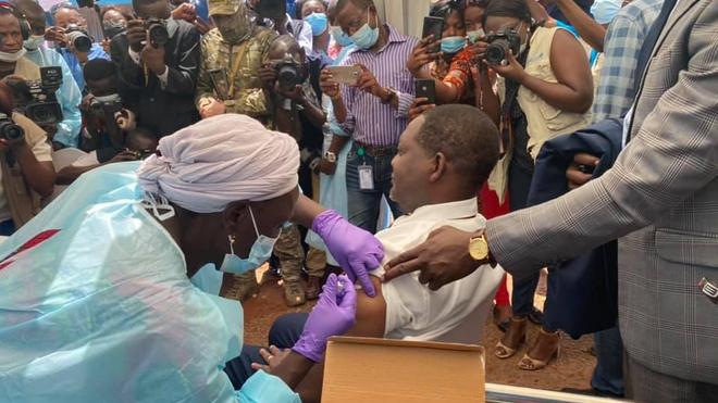 Le premier ministre centrafricain reçoit sa première dose de vaccin AstraZeneca (crédit photo ministère de la Santé et de la Population)