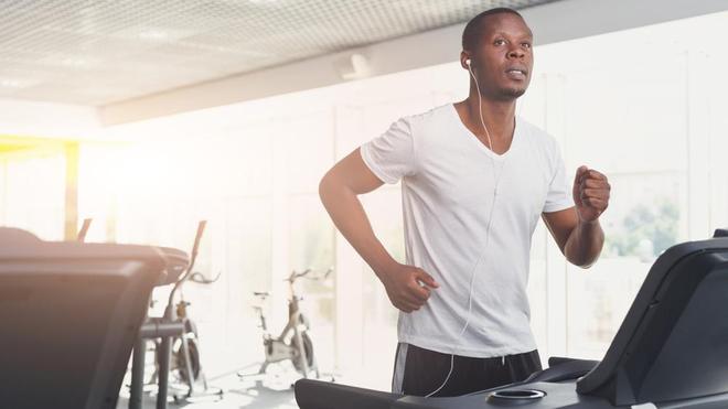 Quel que soit le sport choisi, il faut y aller en douceur afin d'éviter les déchirures musculaires (Image d'illustration)