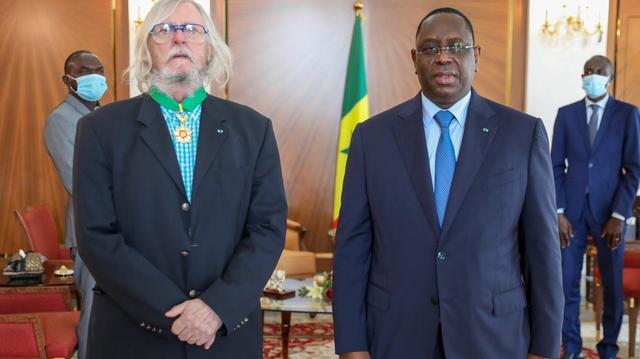 Snobé en France, le Pr Didier Raoult décoré par Macky Sall au Sénégal