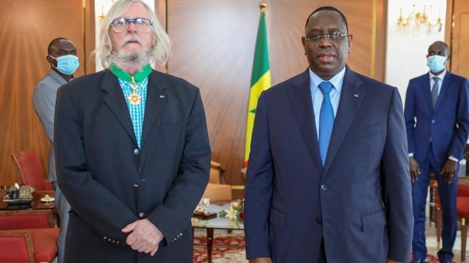 Le professeur Didier Raoult a été décoré par le président Macky Sall