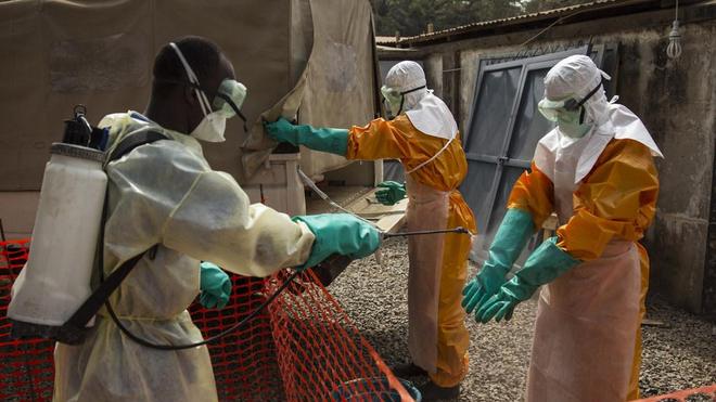 Un travailleur de la santé est désinfecté à Conakry, en Guinée, lors de l'épidémie d'Ebola en Afrique de l'Ouest en 2015