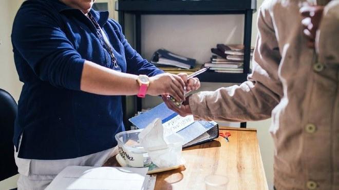 Un patient reçoit son traitement contre la tuberculose