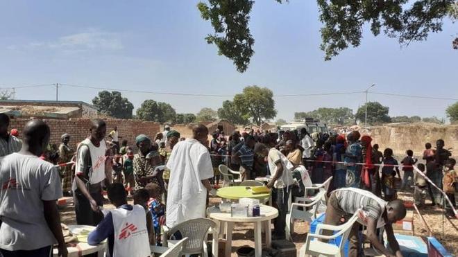 Une équipe MSF menant une vaccination contre la rougeole à Beboto, au Tchad, en février 2020