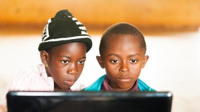 Les enfants face aux écrans : quel âge pour regarder la télévision ?