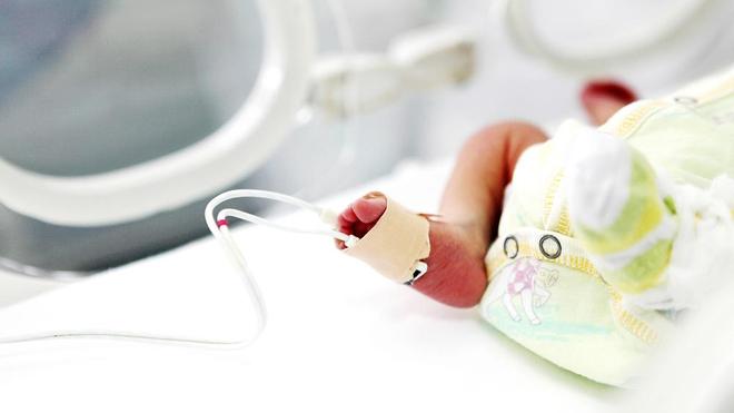 Des soins donnés à un nouveau-né (photo d'illustration)