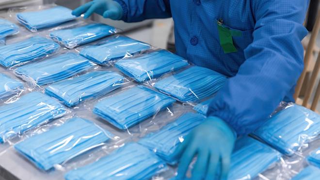 Les masques chirurgicaux pourrait être réutilisables à condition d'être lavés en machine à 60° (Image d'illustration)