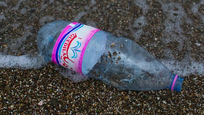 Une bouteille de plastique rejetée par l'une des plages de Béjaïa