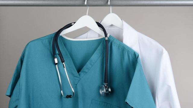 """Congés """"interdits"""" : les médecins marocains manifestent dans leurs établissements"""