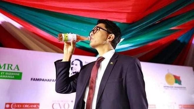 Le président de Madagascar en train de boire du Covid-Organics