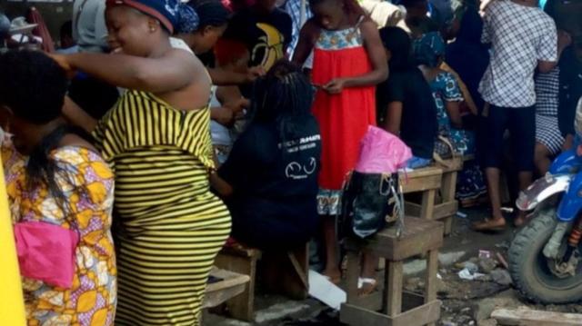Cameroun : pour mieux vivre, elles font de la rue un institut de beauté