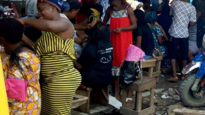 Des coiffeuses et esthéticiennes œuvrant sur le trottoir du Marché Mboppi de Douala