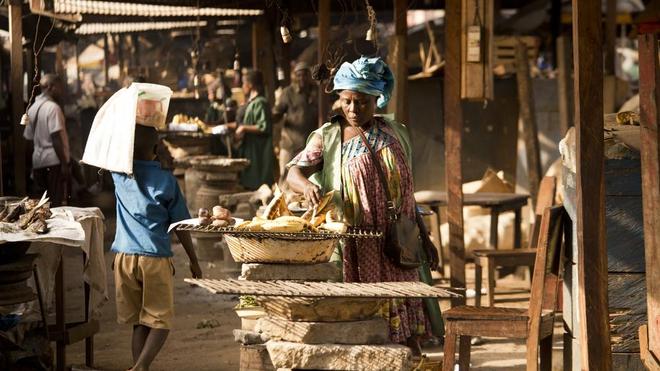 A Batoufam, une femme vend de la banane malaxée (photo d'illustration)