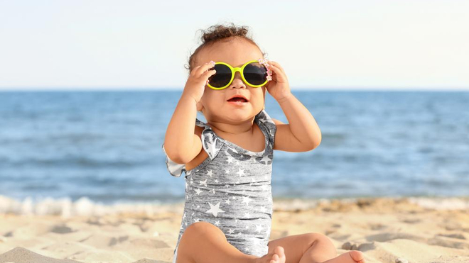 La vigilance est de mise avec les bébés, en période de forte chaleur (photo d'illustration)